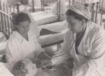 Шалыт О.П. во время осмотра больного в детской больнице. Краснокамск. [1956-1962]