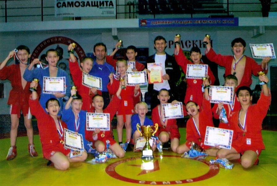 Фадеев А.Н. с воспитанниками. Источник: www.krasnokamsk-sambo.ru