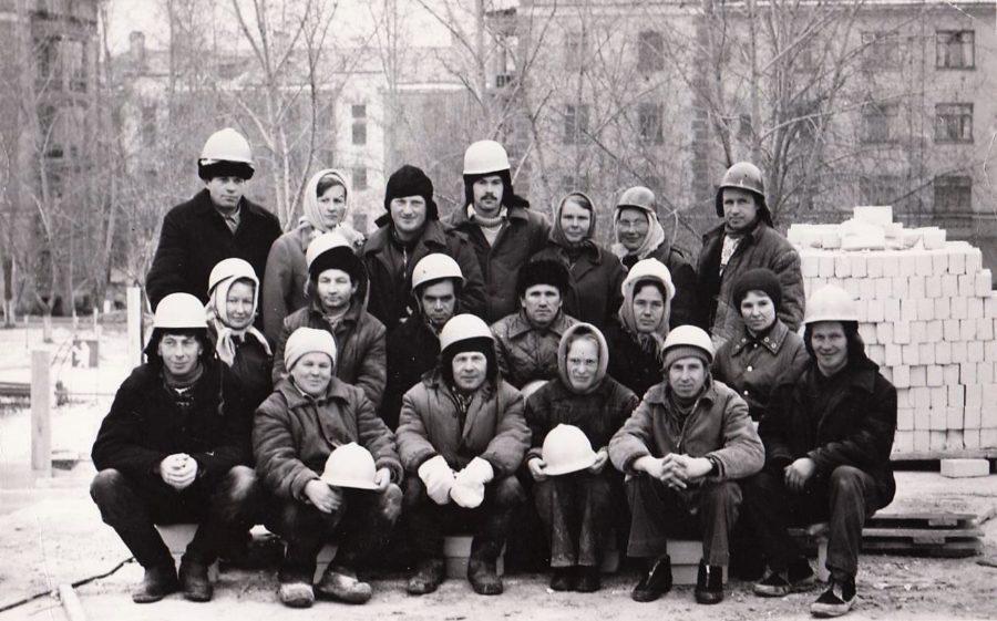 Бригада Меньшакова. Петр Иванович крайний справа в нижнем ряду