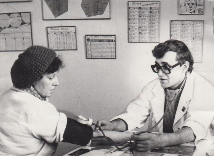 Врач профилактория фабрики Гознак Баранов А. Н.с пациентом, 1986 Ф.140.Оп.1.Д.603