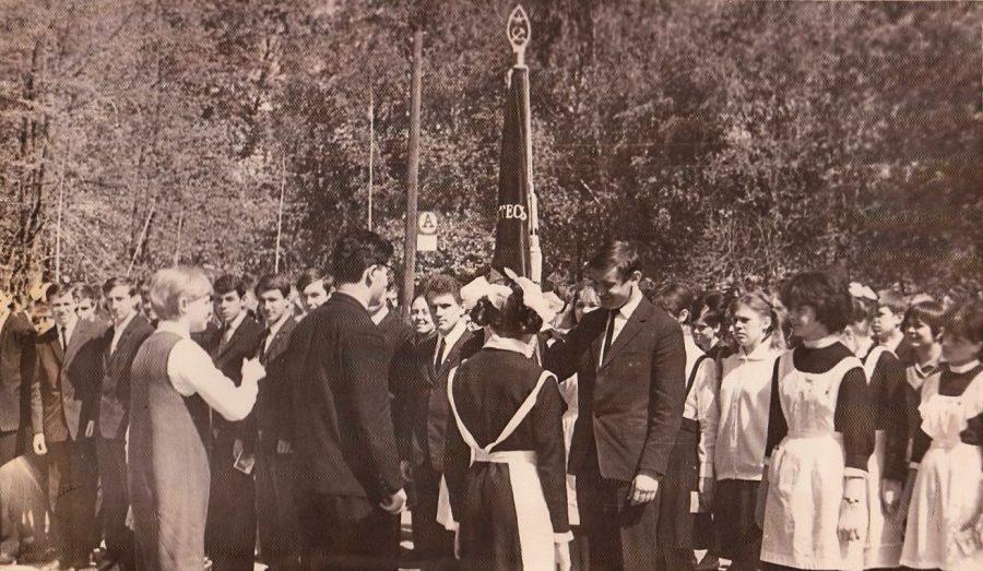 Выпускники передают школьное знамя старшеклассникам Ф.140.Оп.3.Д.27.Л.20