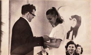 Торжественное вручение аттестатов щимся школы № 1, 1969 год Ф.140.Оп.3.Д.27.Л.30