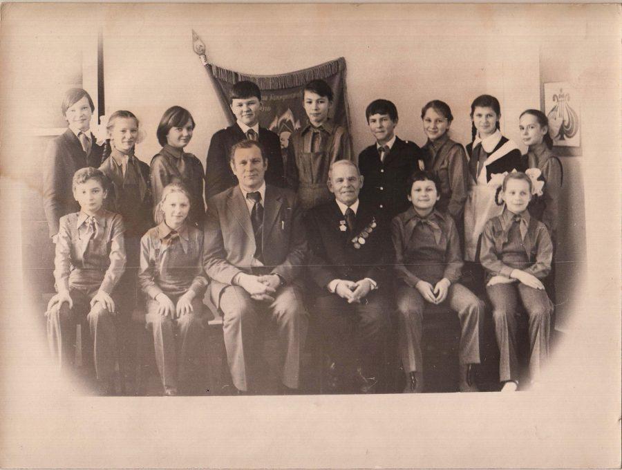 В. М. Ворков, секретарь парткома КЦБК и Шумайлов Ф.Ф., ветеран КЦБК на встрече с учащимися школы № 1, 1980 г. Ф.140.Оп.1.Д.418.Л.1