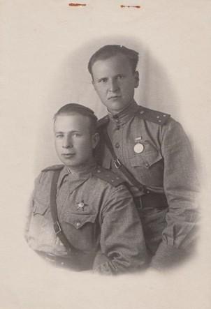 Ф.109.Оп.1.Д.18.Л.1 И.П.Путин (справа), политрук роты 1316