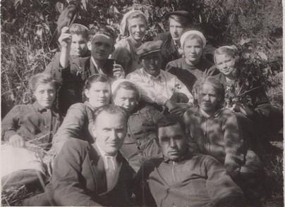 Ф.109.Оп.1.Д.23.Л.1. Путин, парторг завода металлосеток (первый слева в первом ряду), среди рабочих на уборке урожая 1951 г.