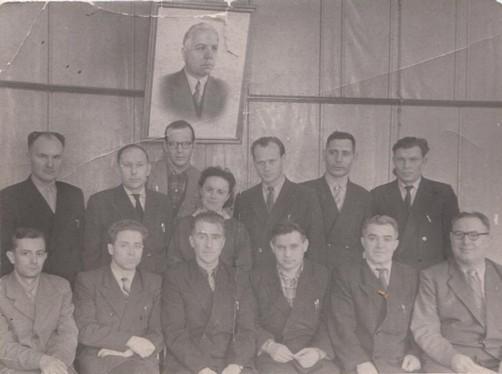 Ф.109.Оп.1.Д.24.Л.1 Путин (первый слева в верхнем ряду) с работниками Краснокамского горисполкома,30.03.1952 г.