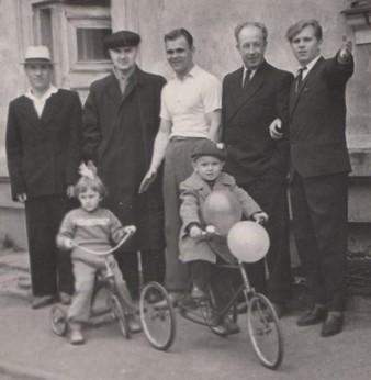 Ф.109.Оп.1.Д.26.Л.1, И.П.Путин (второй слева) с соседями по дому, 1 мая 1962 г.