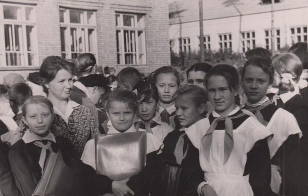 Некрасова И.Т. на педпрактике среди учащихся Краснокамской школы № 1 1963 г. Ф.102.Оп.5.Д.19