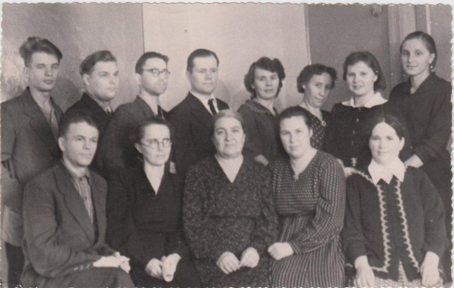 """Некрасова И.Т. (вторая справа во втором ряду) с коллегами из редакции газеты """"Краснокамская звезда"""" Ф.102.Оп.5.Д.18"""