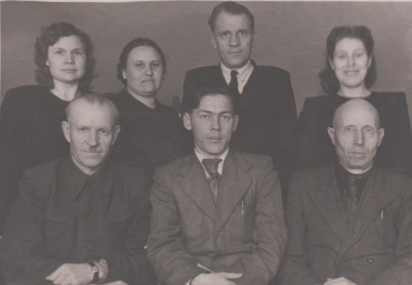 И.В.Калугин (слева в нижнем ряду) с коллегами [1940 гг] Ф.89.Оп.1.Д.284 Л.1