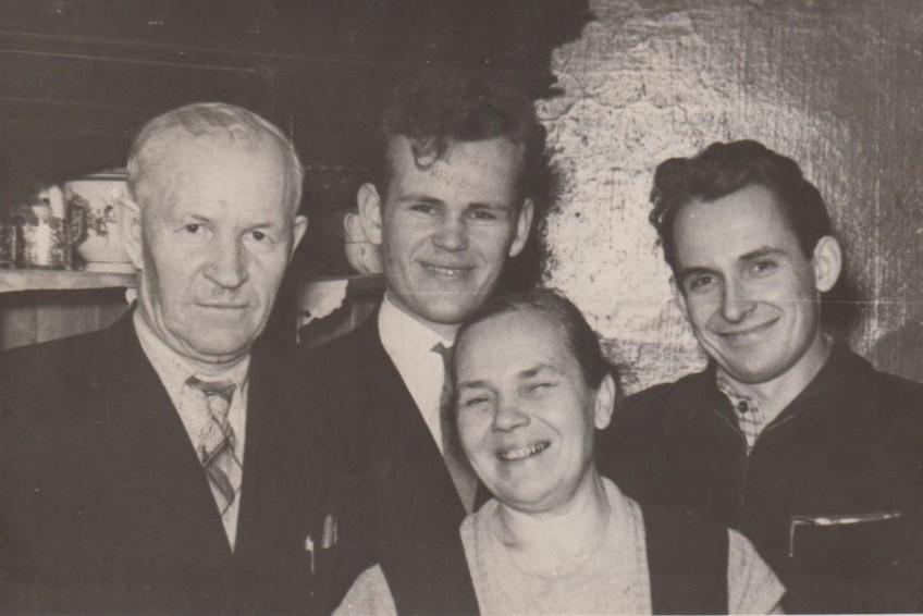 И.В.Калугин среди членов семьи [1950-1960 гг.] Ф.89.Оп.1.Д.286.Л.1