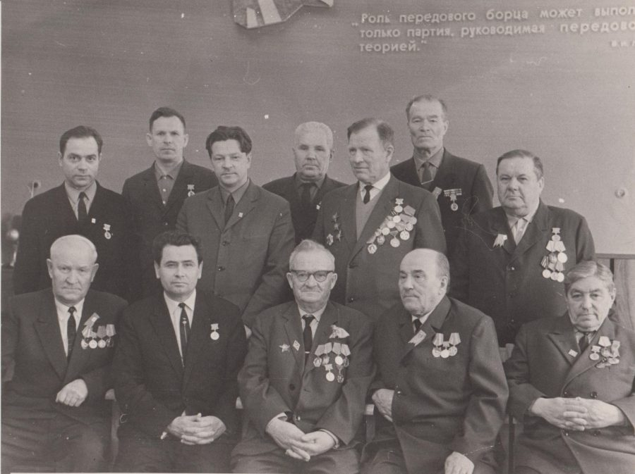 И.В. Калугин (слева в нижнем ряду) среди награжденных медалью к 100-летию В.И.Ленина 1970 г. Ф.89.Оп.1.Д.289